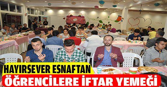 Hayırsever esnaf öğrencilere iftar verdi