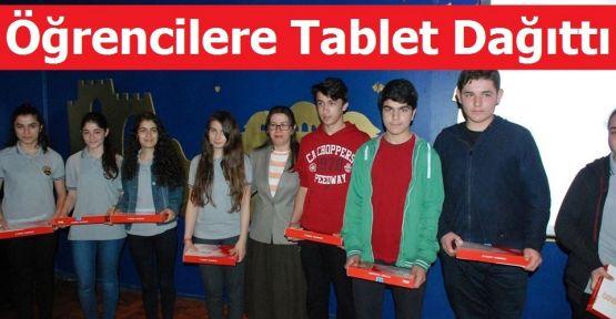 Öğrencilere Tablet Dağıttı